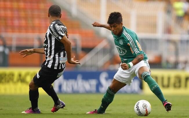 Leandro domina a bola durante o clássico  contra o Santos
