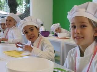 Mais contato com alimentos e menos frescura ao experimentar pratos novos: crianças têm aula de culinária em escola especializada