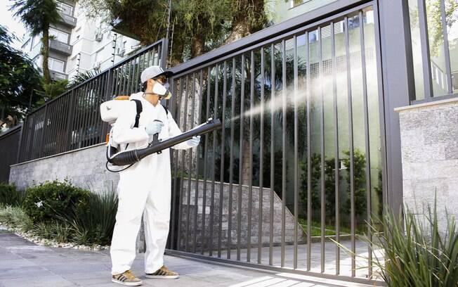 Agentes realizam ação contra o Aedes aegypti em Porto Alegre: governo repassou R$ 152 milhões para o combate à dengue