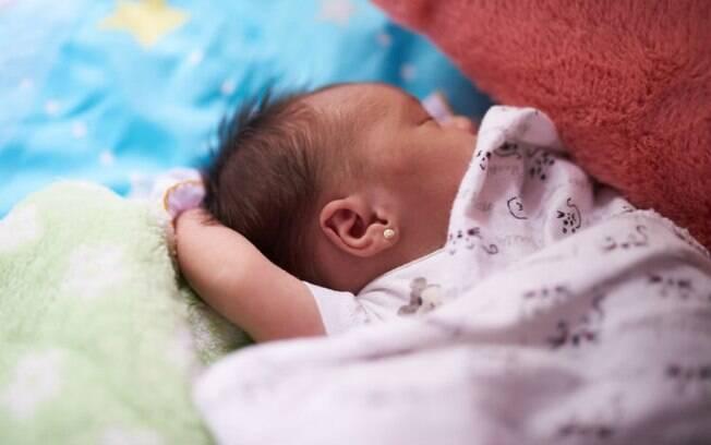 Independente das opiniões das mães, pediatra pondera melhor idade para furar orelha de bebês