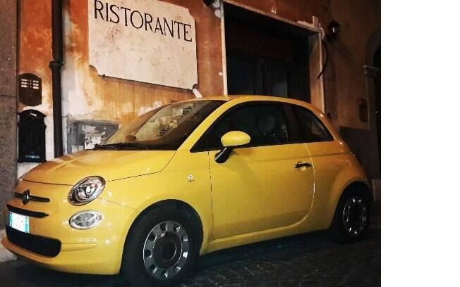 O Cinquecento está tão arraigado na cultura italiana quanto a pizza: este que é um dos populares carros pequenos já é da nova geração e estava estacionado numa ruazinha de Roma,