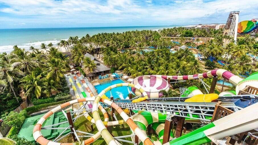 O parque fica à beira-mar, possui  7.793.000 litros de água e apresenta atrações para a família, moderadas e radicais.