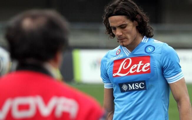 Cavani, do Napoli, deixa o campo após a  derrota da equipe, que viu distância para a líder  Juventus aumentar para nove pontos