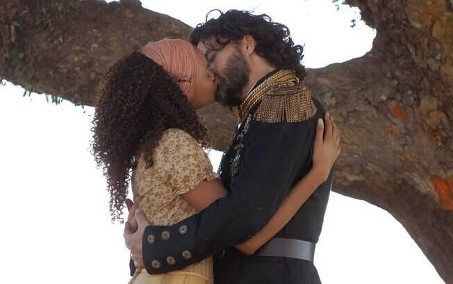 Lucy em cena como Maria Cesária, beijando o Rei de Seráfia, Augusto, interpretado por Carmo Della Vecchia