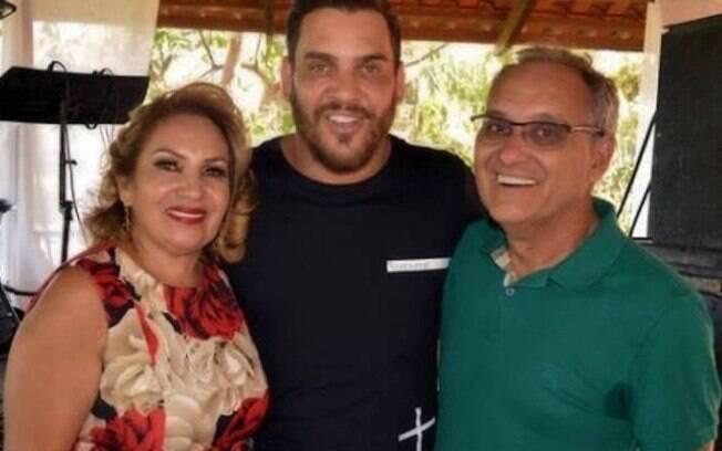 Sertanejo Cauan junto com os pais