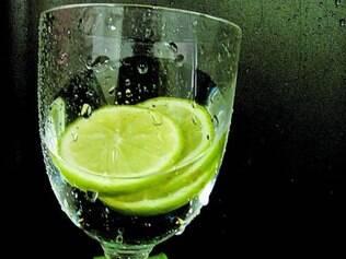 Consumidor deve ficar atento à  limpeza do local que serve limão no copo