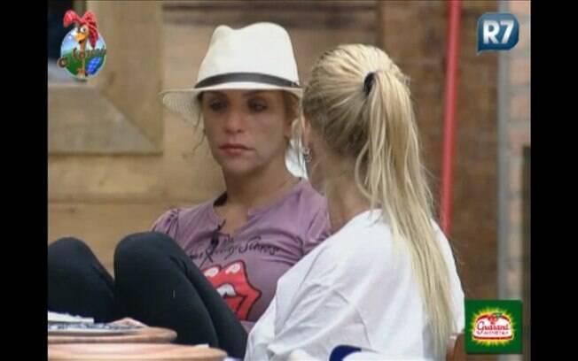 Anna escuta com atenção os conselhos de Monique