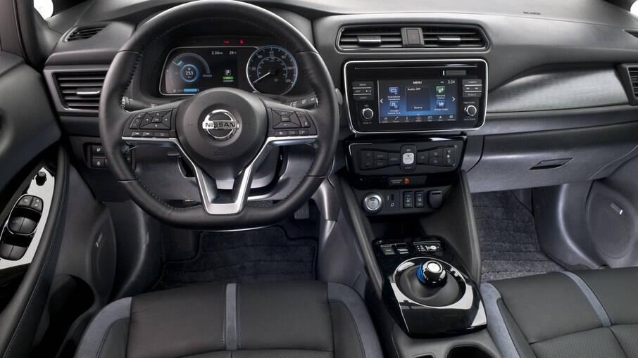 Nissan Leaf tem vários itens em comum com o Kicks e com o sedã Sentra, como volante e central multimídia