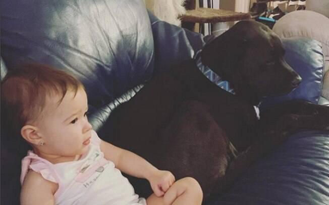 Everly e seu cachorro são melhores amigos