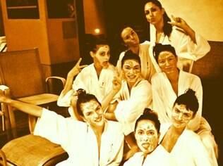 Alessandra Ambrosio e as amigas em dia de beleza