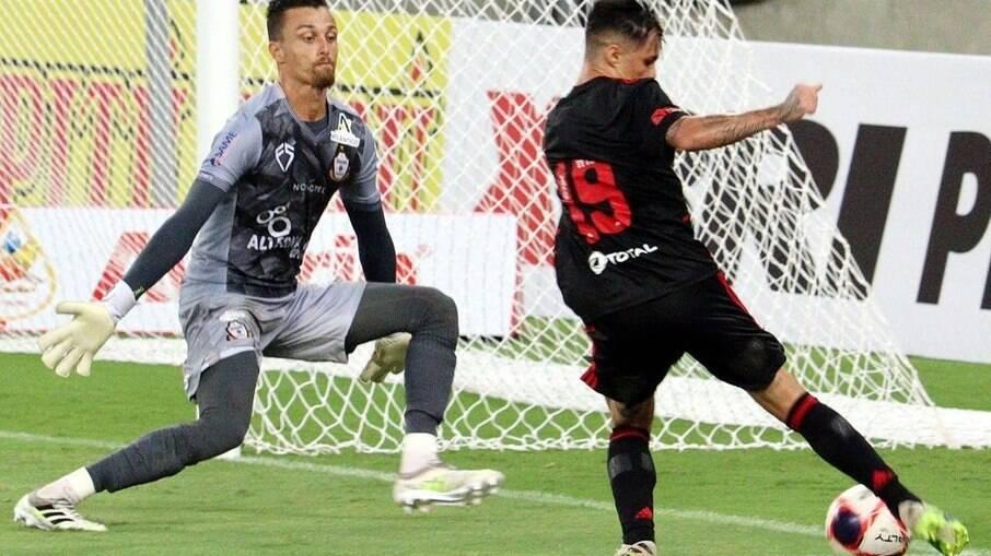 Goleiro do Macaé abandona partida do Carioca