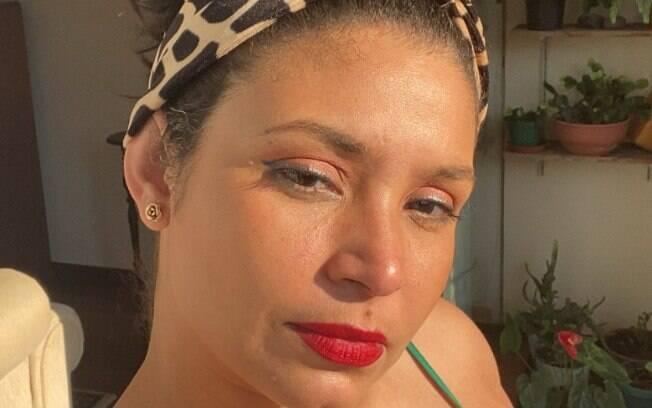 Essa que voz escreve usando a base da Dailus e o batom Vermelhaço, da Avon. A foto foi tirada depois do almoço e estava calor, mas a maquiagem resistiu bem.