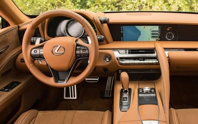 Polêmico, o Lexus LC 500 impressiona pelo esquema de cor variado e detalhes em fibra de carbono