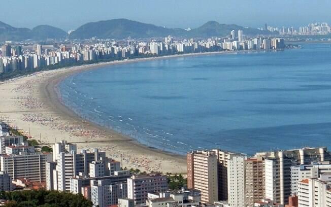 Santos fica a 72 quilômetros de São Paulo e possui uma orla de sete quilômetros de extensão em uma larga faixa de areia