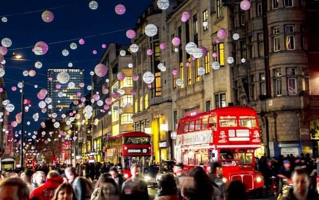 Decorações de Natal numa noite de novembro em Londres