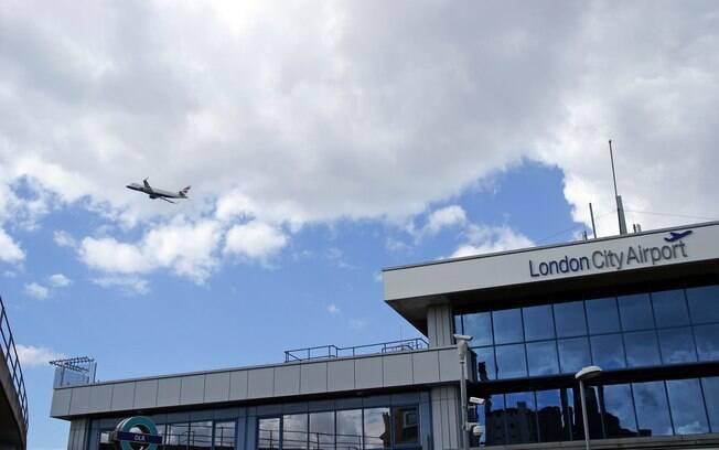 Aeroporto de Londres está localizado próximo ao rio Tâmisa, onde bomba da Segunda Guerra foi encontrada
