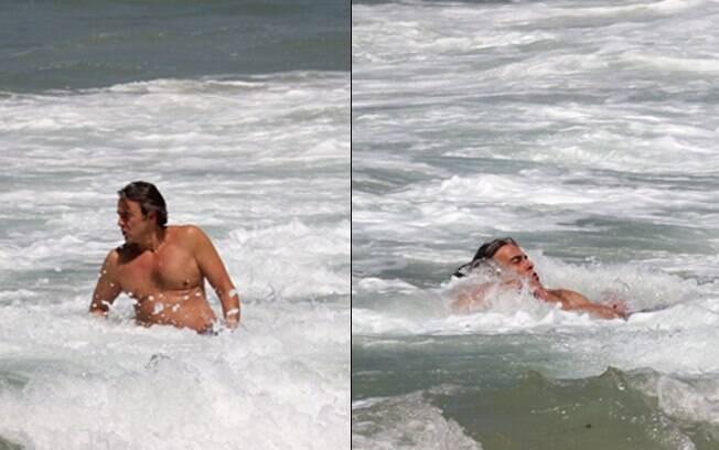 Alexandre Borges se refresca no mar