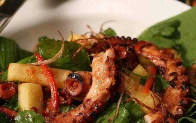 Um pouco mais sofisticada, a receita de salada thai de polvo com abacaxi é indicada para ocasiões especiais