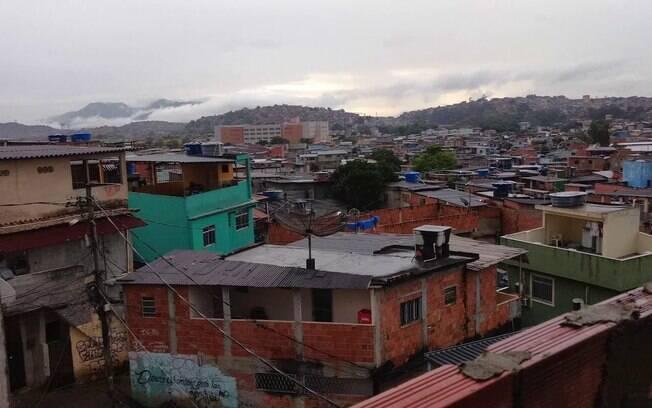 Na favela do Acari, bandidos estão punindo quem não respeita a quarentena