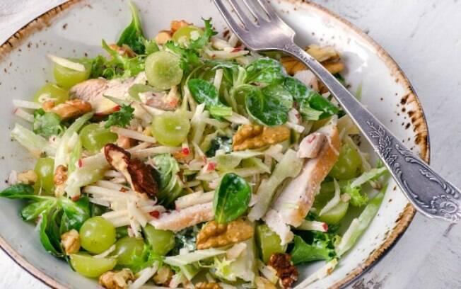 Uma das receitas simples é a salada de frango com nozes e uvas que demora só 20 minutos para ser preparada