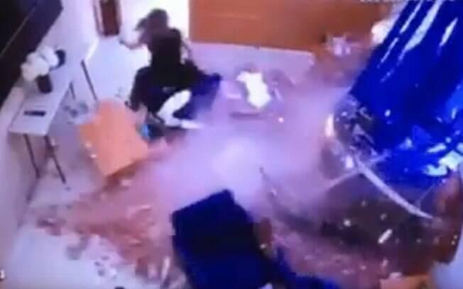 Mulher foi arrastada após carro invadir escritório no interior de São Paulo