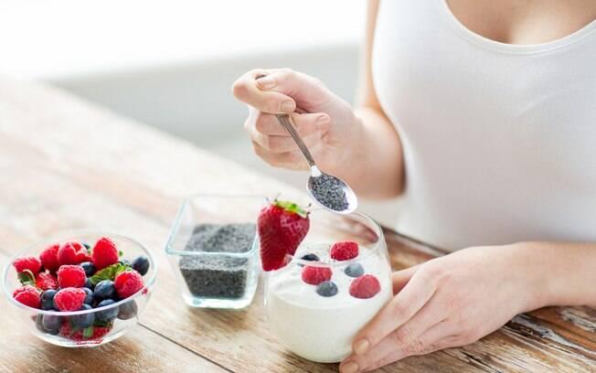 Alimentos para hemorroida: o iogurte natural ajuda na produção da microbiota intestinal