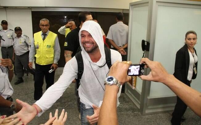 Sorridente e muito simpático, Ricky Martin desembarca no Brasil