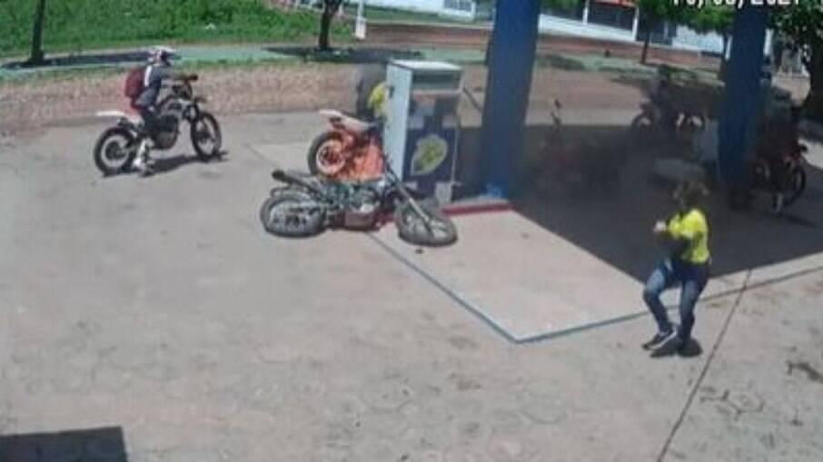 Motocicleta pega fogo em posto de gasolina no Ceará