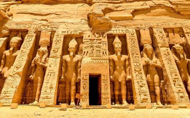 O monumento Abu Simbel foi construído em Núbia e deslocado para Aswan