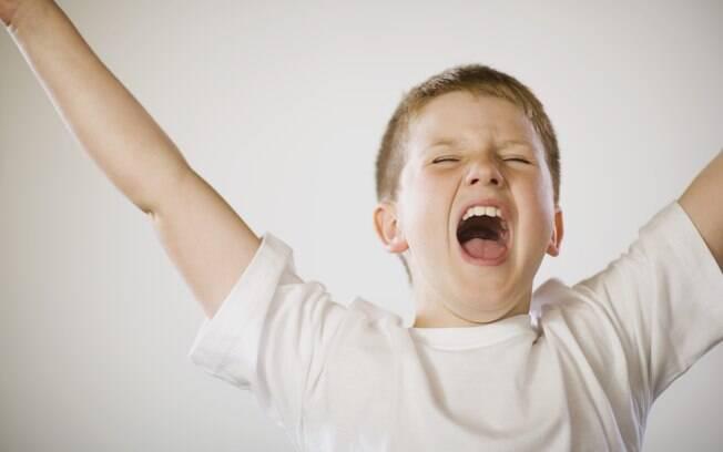 Os pais devem contornar a situação com firmeza, sem apelar para gritos ou palmadas