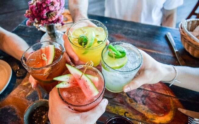 Que tal preparar um drinque em casa? Fazer a própria bebida é uma maneira divertida de economizar