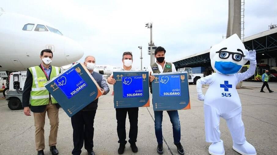 Ministros recebem as doses da Pfizer no Aeroporto de Guarulhos