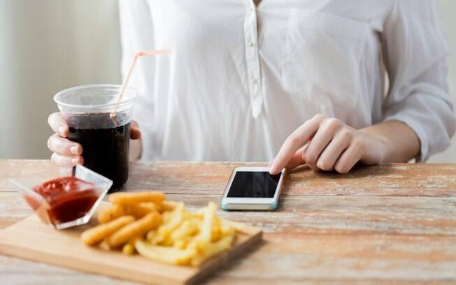 Quem faz muitas tarefas ao mesmo tempo pode se distrair mais e, com isso, ingerir alimentos mais calóricos e ganhar peso