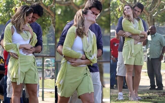 Pedro acaricia a barriga da mulher