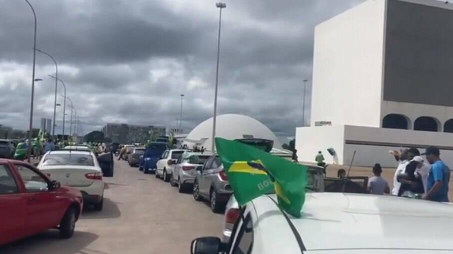Manifestantes fazem carreata em apoio a Bolsonaro