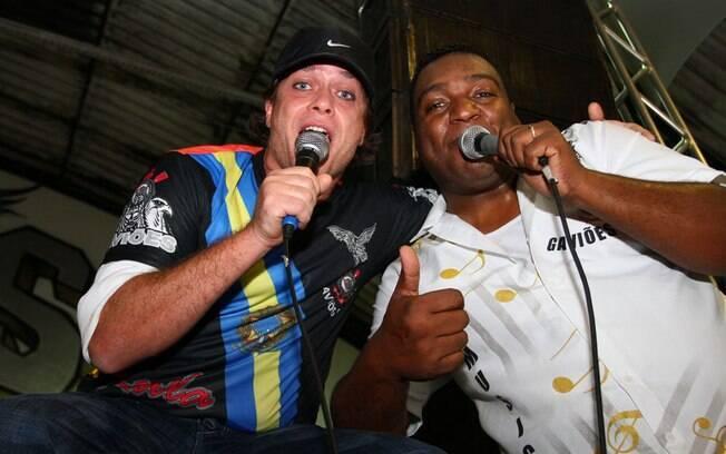 Fabio Assunção canta o samba enredo da Gaviões da Fiel, ao lado do intérprete da escola