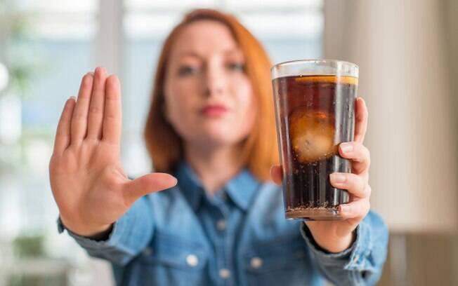 Saiba como parar de consumir a bebida de uma forma eficaz. O segredo, para os especialistas, é mudar gradativamente