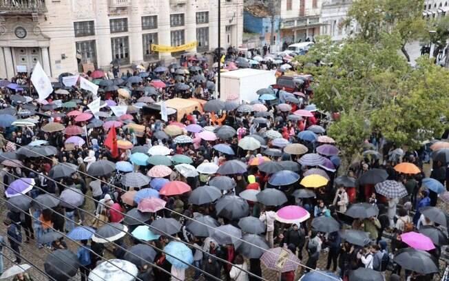 Em Pelotas, estudantes usaram guarda-chuvas em referência ao ministro Weintraub