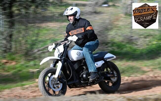 A Harley-Davidson Street XG 750, transformadas em scrambler, com pneus de cravos para a subida na terra