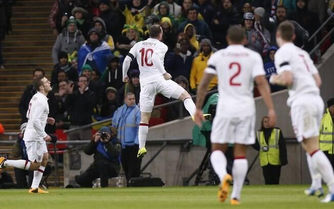 Rooney vibra após abrir o placar em Wembley
