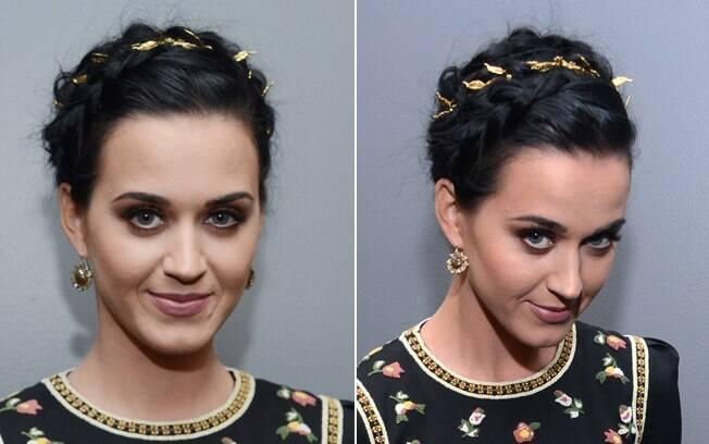 A cantora Katy Perry preferiu enfeitar sua trança milkmaid com uma espécie de tecido dourado. É só trançar junto com os fios!