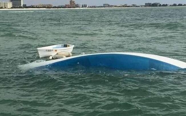 Resgate só chegou uma hora após o acidente; casal teve que abandonar o barco para poder ser resgatado
