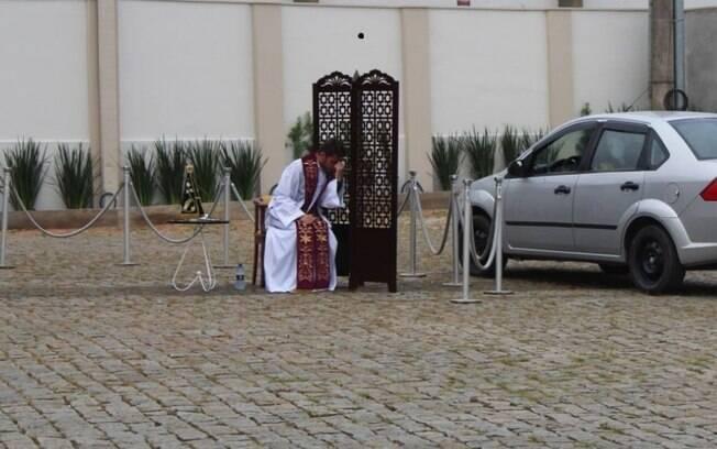 Padre auxilia confissão dos fieis, que permanecem no carro