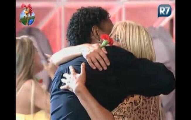 Titia abraça o ex-participante