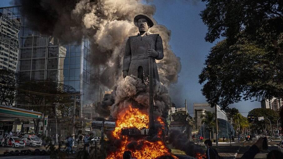 Estátua de Borba Gato pegando fogo