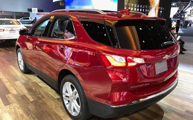 Traseira vem com desenho arrojado, seguindo a identidade visual da marca Chevrolet no mundo. Há sete lugares no interior