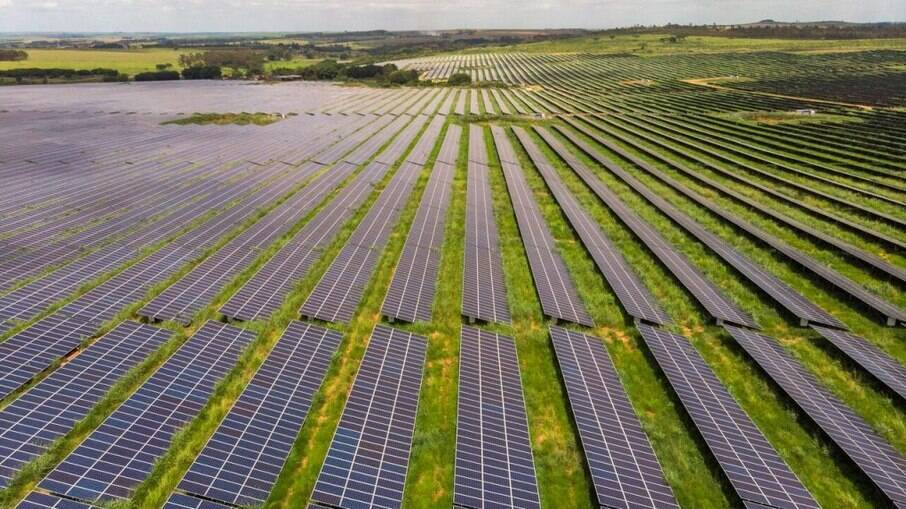 Proposta prevê cobrança gradual de taxas 12 meses após a publicação da lei; quem já tem painel solar continuará isento até 2045