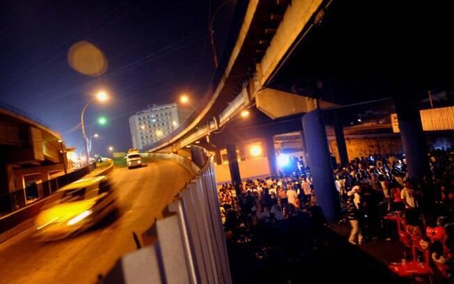 Nem só de samba vive Madureira: o baile charme agita o local há 22 anos