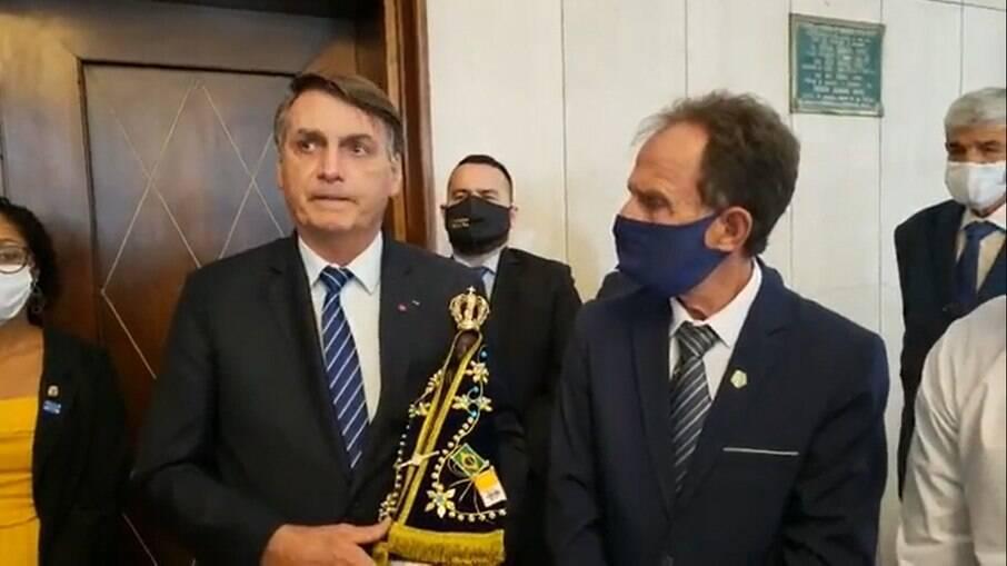 O presidente Jair Bolsonaro (sem partido), durante evento oficial em Aparecida do Norte (SP) nesta quinta-feira (15), ao lado do prefeito da cidade, Luiz Carlos Siqueira (Podemos)
