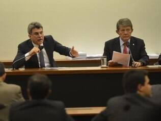 Senador Romero Jucá (relator) e o deputado Devanir Ribeiro (presidente) durante reunião da Comissão Mista de Orçamento do Congresso